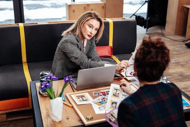 Werkmomenten. blondharige zakenvrouw die werkmomenten uitlegt aan persoonlijke assistent