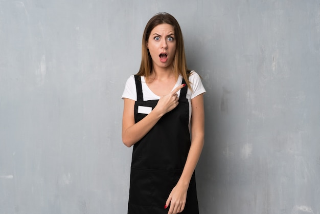 Werkneemster verrast en wijzende vrouw