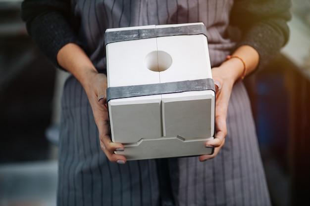 Werkneemster vrouw met modulaire gips gips mal voor het maken van serviesgoed