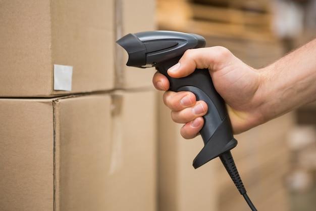 Werknemer bedrijf scanner in magazijn