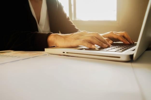 Werknemer beroep papieren document volwassen onderzoek