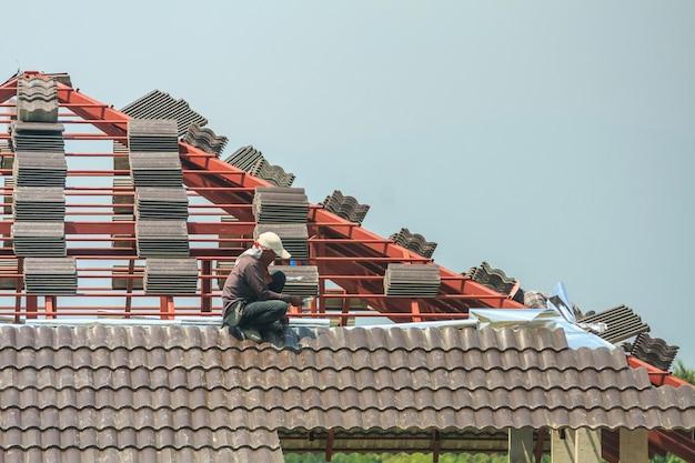 Werknemer dakpannen installeren