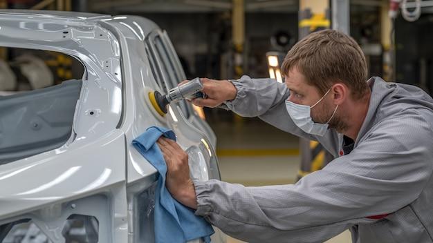 Werknemer die de carrosserie schildert