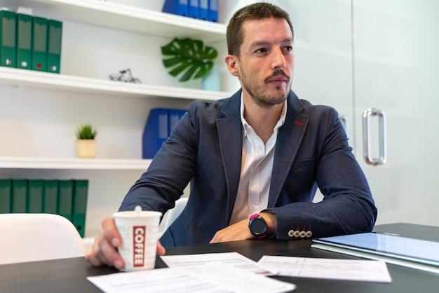 Werknemer die naar zijn cliënt luistert terwijl hij over zaken en verzekeringen praat