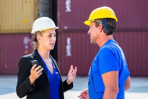 Werknemer en manager op containerterminal van haven
