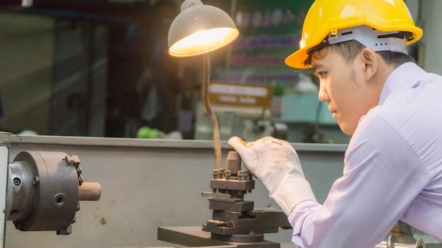 Werknemer gebruikt buigmachine met stalen buis. metaal werkend concept