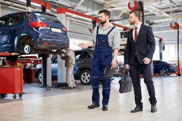 Werknemer geven rondleiding door autofabriek