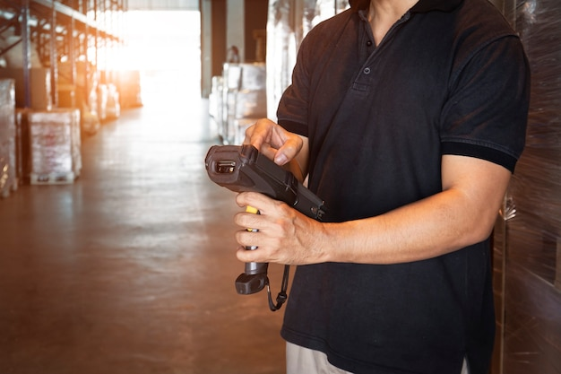 Werknemer hand met barcode scanner zijn doen voorraadbeheer opslag magazijn