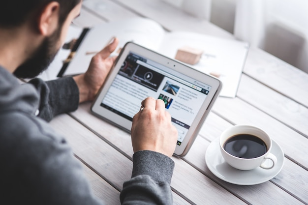 Werknemer het lezen van nieuws met tablet