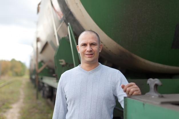 Werknemer in de buurt van de cistern auto