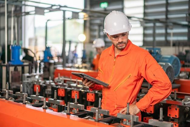 Werknemer in de fabriek op de machine