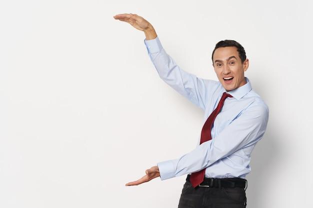 Werknemer in overhemd en stropdas gebaren met handen succes business finance manager