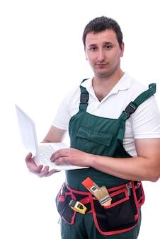Werknemer in uniform met laptop op wit wordt geïsoleerd