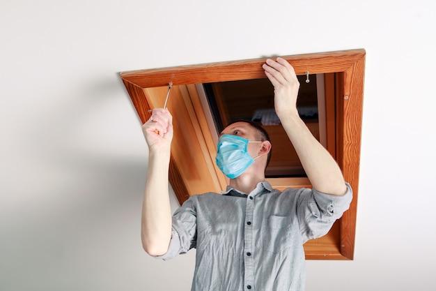 Werknemer installeert en controleert het dakraam in het huis