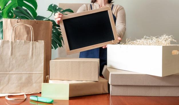 Werknemer levering service schenking verpakking zak doos schort packer hand postkantoor