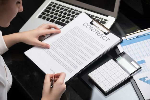 Werknemer maakt kennis met contract in stijlvol kantoor