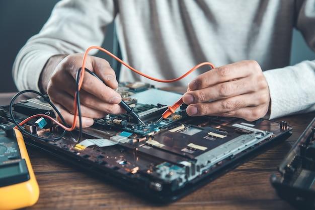Werknemer man hand tester met computer