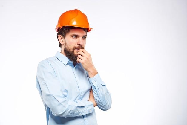 Werknemer man in oranje verf ingenieur emoties industrie bouw