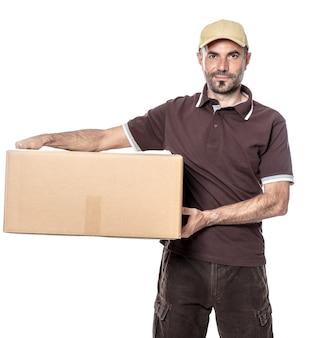 Werknemer man koerier verzending met hoed en pakket in de hand. geïsoleerd op wit.