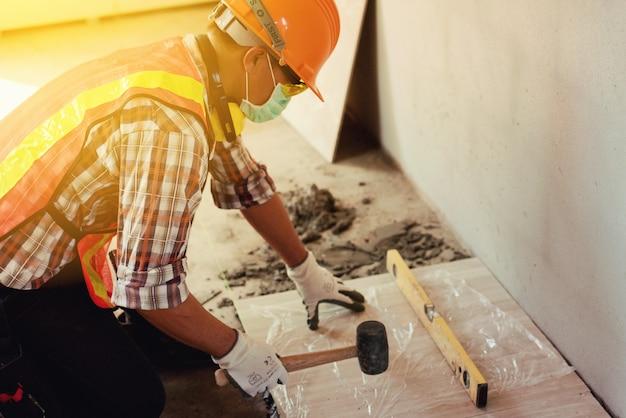 Werknemer man met veiligheidshelm bouw bouwnijverheid, nieuw huis, bouw interieur dienstverleningsconcepten