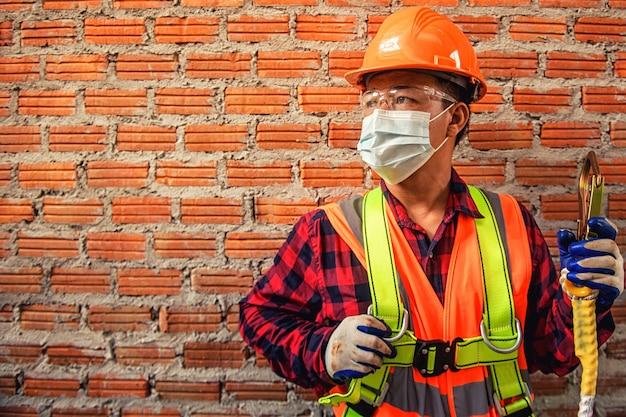 Werknemer man met veiligheidshelm bouw bouwnijverheid
