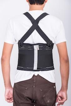 Werknemer man staan dragen rugsteun riem lichaam beschermen houding
