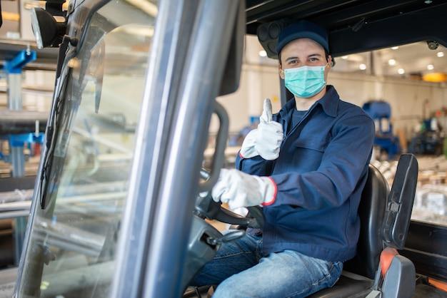Werknemer met behulp van een heftruck