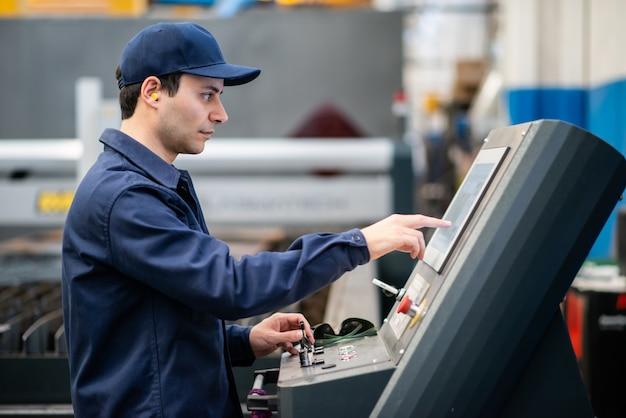 Werknemer met behulp van een plasmasnijmachine