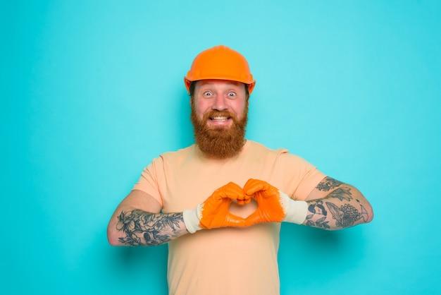 Werknemer met gele hoed is blij met zijn werk