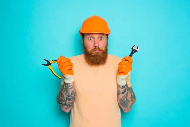 Werknemer met gele hoed is in de war over zijn werk