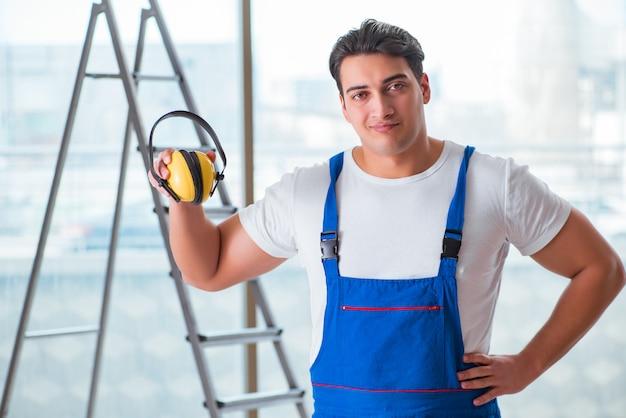 Werknemer met hoofdtelefoon met ruisonderdrukking