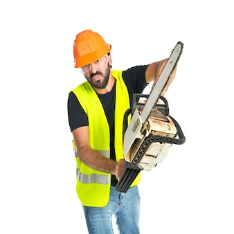 Werknemer met kettingzaag over witte achtergrond