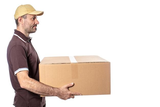 Werknemer met pakket in de hand, logistiek en scheepvaart. geïsoleerd op bianco