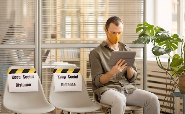 Werknemer ontspannen op kantoor