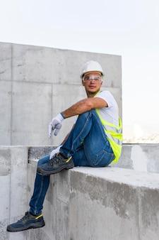 Werknemer op een bouwplaats die een pauze neemt