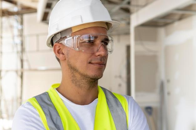 Werknemer op een bouwplaats