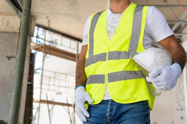 Werknemer op een laag uitzicht op de bouwplaats