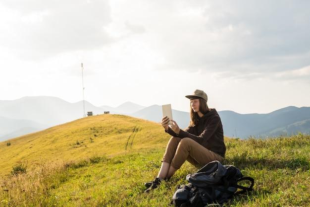 Werknemer op vakantie afwerkingswerk project in de bergen