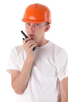 Werknemer praten over draagbare uhf-radio-transceiver