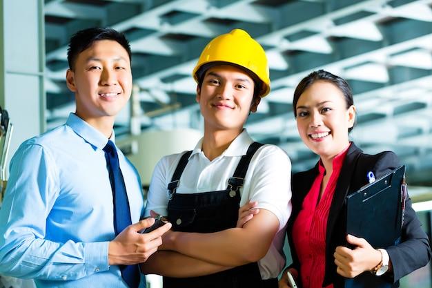 Werknemer, productiemanager en eigenaar in de fabriek