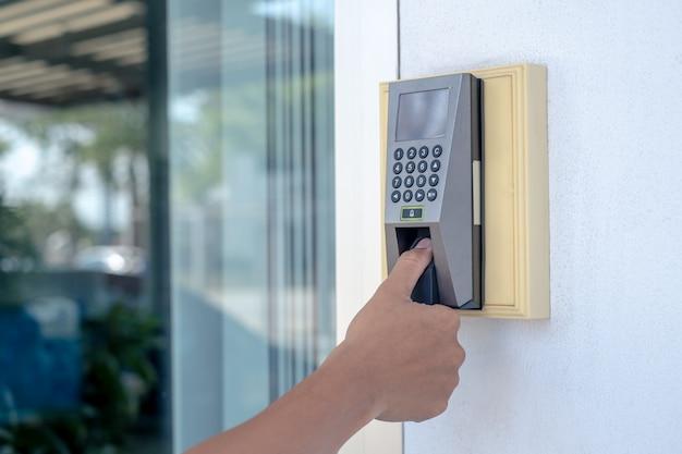 Werknemer scant zijn vingers om de deur te openen of om de tijd om te werken te stempelen.