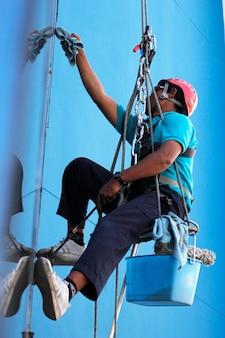 Werknemer schoonmaak windows service op hoogbouw gebouw
