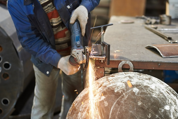 Werknemer snijden metaal