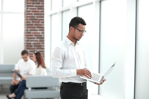 Werknemer te typen op een laptop die zich op kantoor bevindt. mensen en technologie