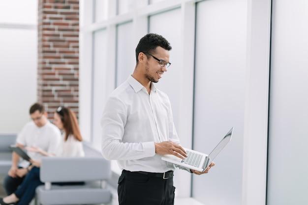Werknemer te typen op een laptop die zich op kantoor bevindt