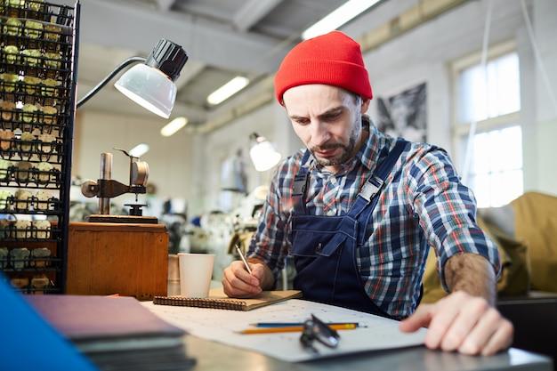 Werknemer tekening plannen in de fabriek
