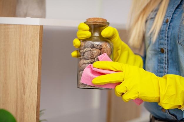 Werknemer van een schoonmaakbedrijf maakt het kantoor schoon