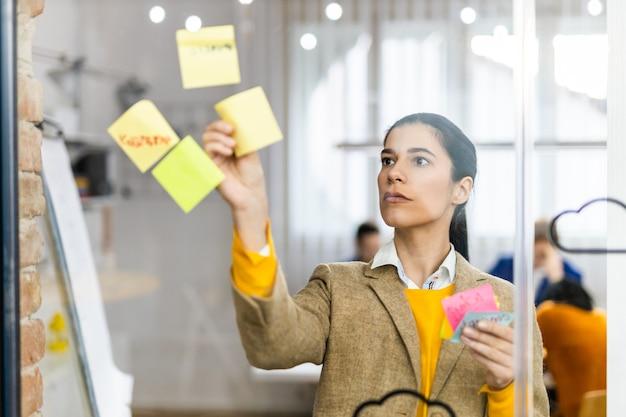 Werknemer van het bedrijf brainstormen over nieuwe ideeën voor een marketingplan