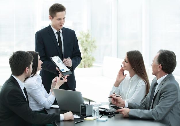 Werknemer van het bedrijf die nieuwe ideeën over bedrijfsontwikkeling aandraagt tijdens een zakelijke bijeenkomst
