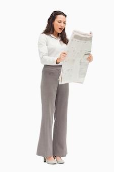 Werknemer verrast tijdens het lezen van het nieuws